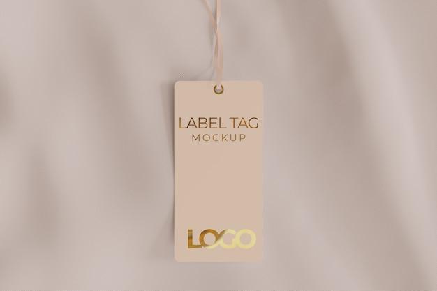 Etikett-tag-modell auf stoff, der von einer schnur gehalten wird