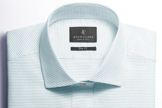 Etikettenanhänger auf besticktem hemd