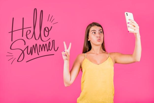 Exemplarmodell für sommer mit froher frau