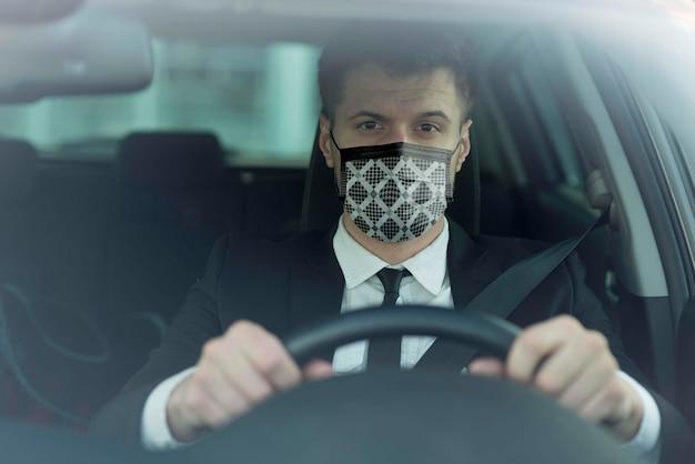 Fahrer mit stoffmaske im gesicht
