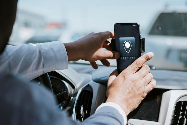 Fahrer verwendet mobiltelefon zur navigation