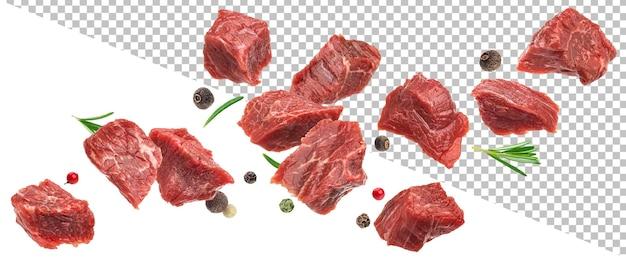 Fallendes gewürfeltes rindfleisch trifft auf rohe rindfleischwürfel