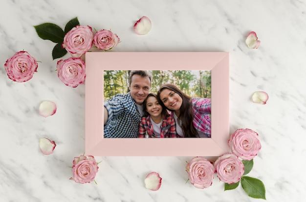 Familien- und rosenmodell-erinnerungsfoto