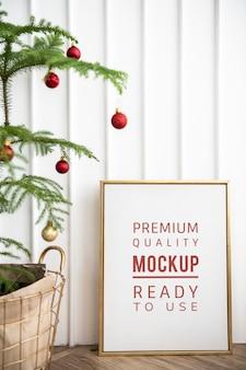 Festlicher goldener rahmen durch einen weihnachtsbaum