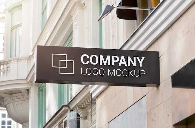 Firmenlogo-modell des horizontalen rechteckzeichens an der gebäudewand.