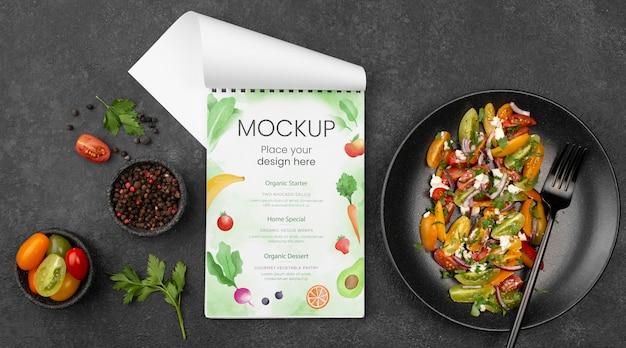 Flach gelegt leckeres gesundes salatmodell