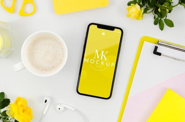 Flach gelegtes smartphone-modell mit tasse