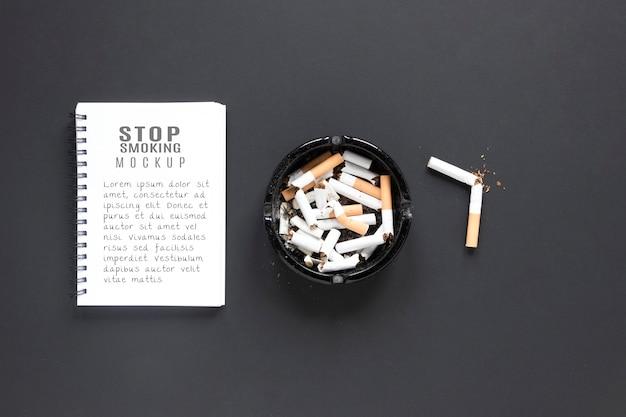 Flach lag zerbrochene zigaretten im aschenbecher