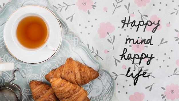 Flach liegende croissants und eine tasse tee