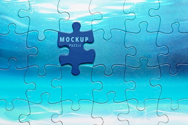 Flache anordnung mit puzzlestück