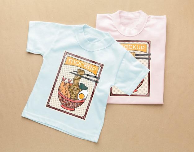 Flache japanische t-shirt-modellkomposition