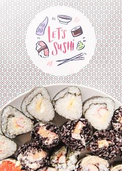 Flache lage der platte der sushi mit coloful hintergrund