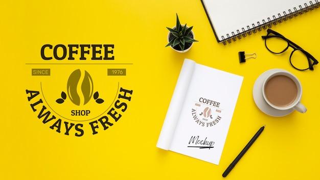 Flache lage der schreibtischoberfläche mit gläsern und kaffee