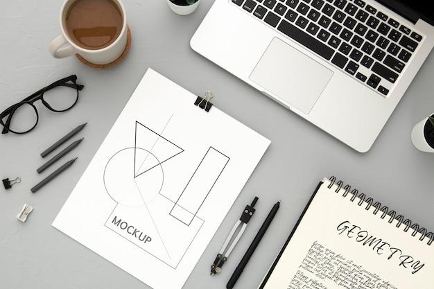 Flache lage der schreibtischoberfläche mit laptop und kompass