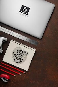 Flache lage der schreibtischoberfläche mit laptop und stiften
