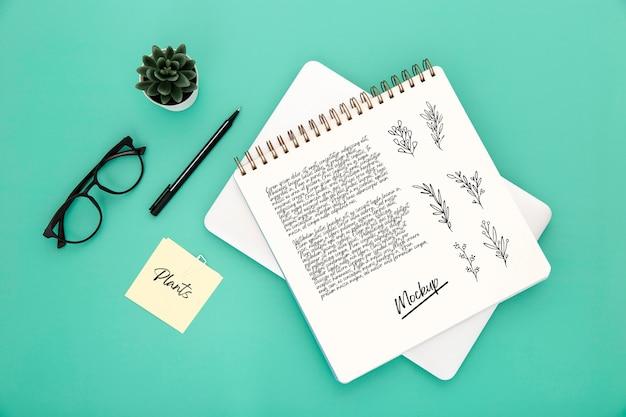 Flache lage der schreibtischoberfläche mit notebook und brille