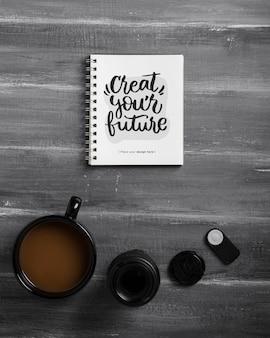 Flache lage der schreibtischoberfläche mit notizbuch und kaffee