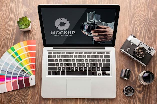 Flache lage des fotografen-holzarbeitsplatzes mit laptop