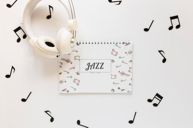 Flache lage des musikkonzept-notizbuchmodells