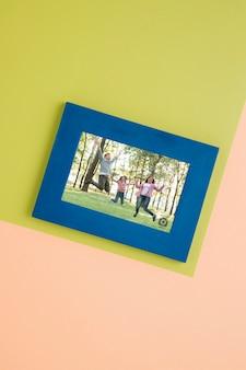 Flache lage eines einfachen rahmens für fotos