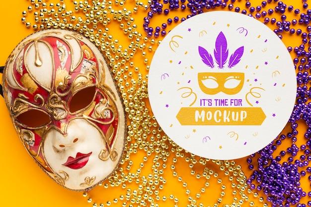 Flache lage von karnevalsmaske und perlen