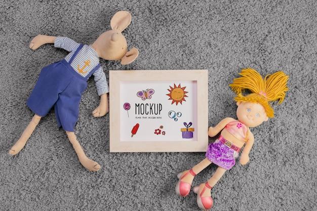 Flache lage von kinderspielzeug mit rahmen