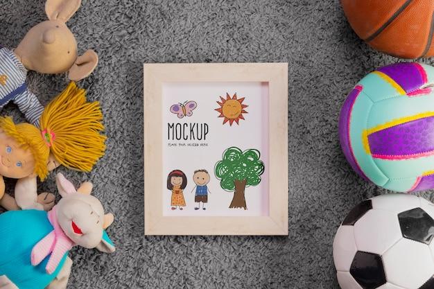 Flache lage von kinderspielzeug und bällen mit rahmen