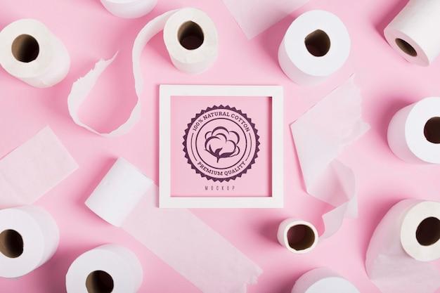 Flache lage von toilettenpapierrollen mit rahmen