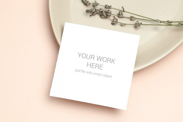 Flache lagemodell-einladungskarte mit lavendel auf platte