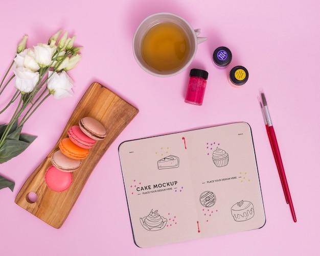 Flache macarons und tee arrangement