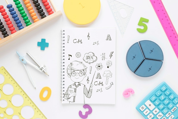 Flache notizbuchlage mit formen und taschenrechner