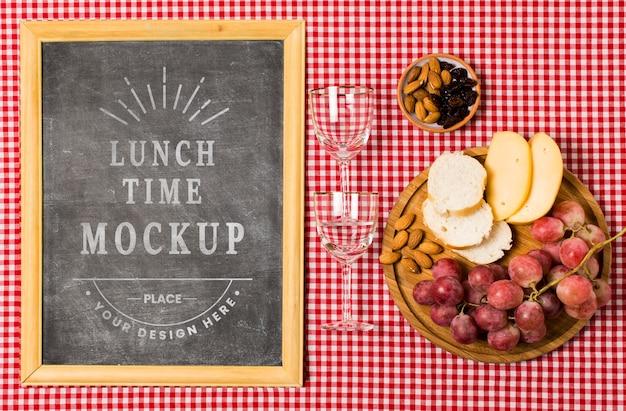 Flache rahmenlage mit gläsern und essen zum picknick
