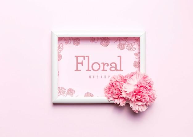 Flache rosa blume mit weißem rahmen legen
