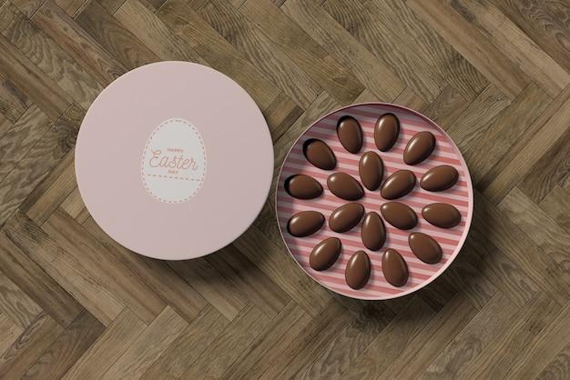 Flache schachtel mit kleinen schokoladeneier