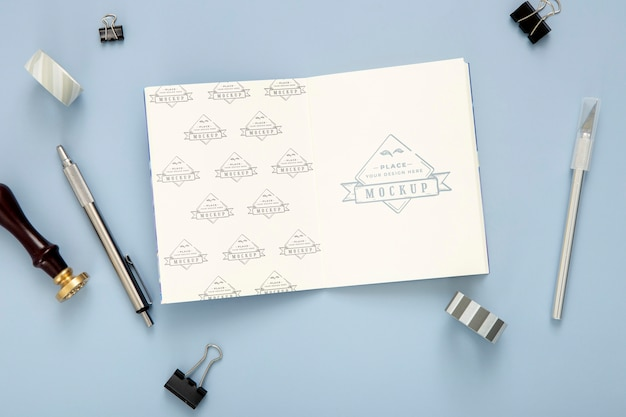 Flache schreibtischoberfläche mit notizblock und stift