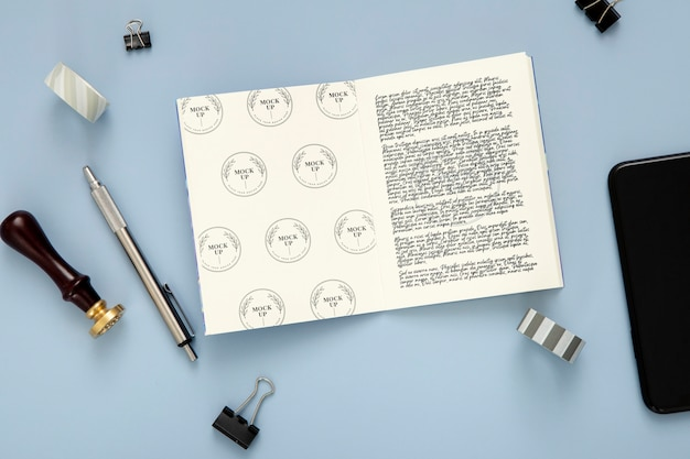 Flache schreibtischoberfläche mit stift und notizblock
