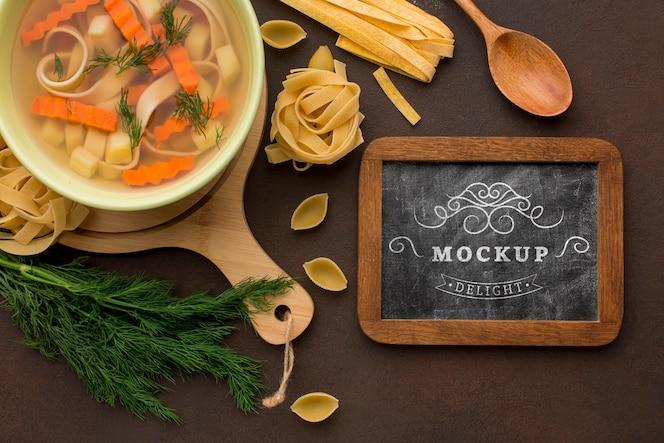 flache tafelplatte mit suppenschüssel