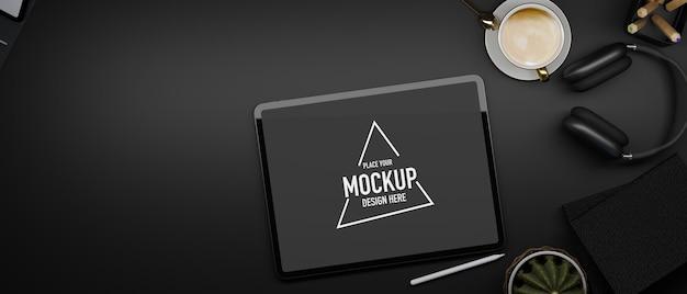 Flaches kopienraum-tablet-mockup mit leerem bildschirm auf schwarzem arbeitsplatz-kopfhörer und -dekor