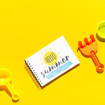 Flaches lagennotizblockmodell mit sommerelementen