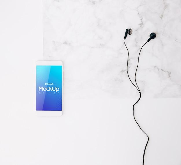 Flaches laien-smartphonemodell auf arbeitsbereich