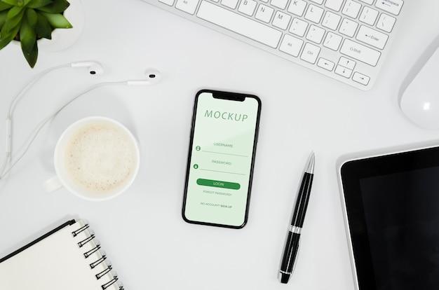 Flaches smartphone-modell auf dem schreibtisch