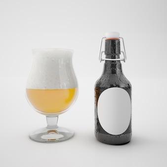 Flasche mit leerem etikett und glas mit getränk