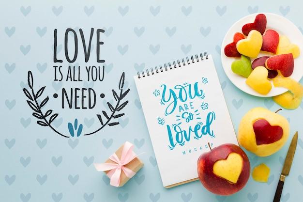 Flat lay äpfel und notebook anordnung