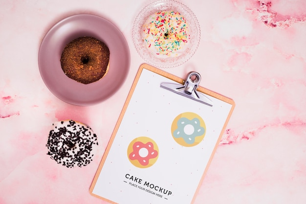 Flat lay leckere donuts arrangement