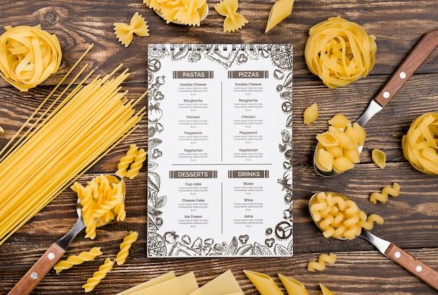 Flat lay menü und pasta arrangement