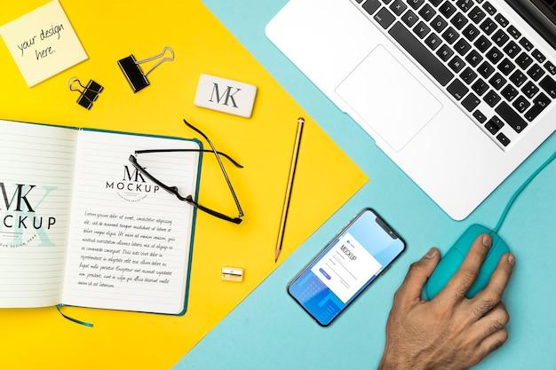 Flat lay notebook und laptop anordnung