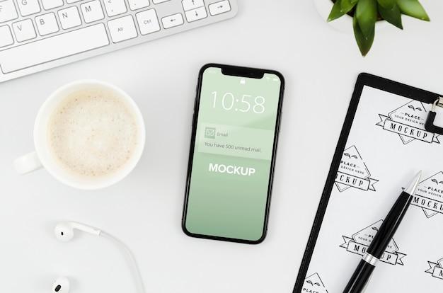 Flat lay zwischenablage und smartphone-modell