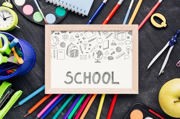 Flat lehnte sich mit whiteboard zurück in die schule