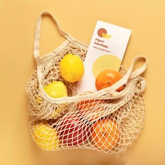 Flyer im wiederverwendbaren netzbeutel mit früchten
