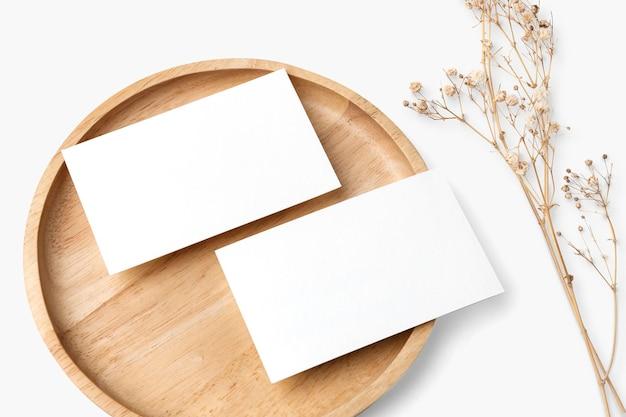 Flyer psd-modell auf holzplatte im flat-lay-stil
